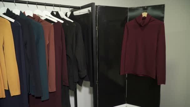 Ramínka s oblečením v butiku