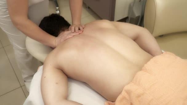 Cokoliv dělá masáž pro muže na masážní stůl
