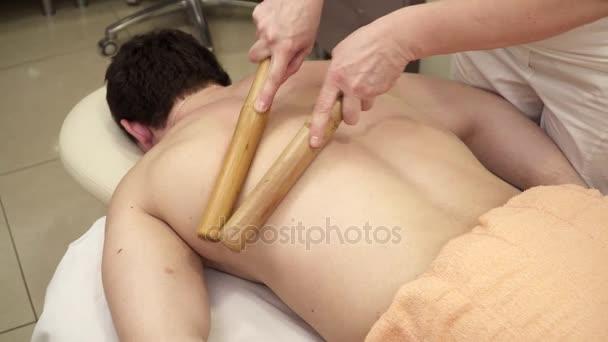 Cokoliv dělá masáž zad s holemi masáž