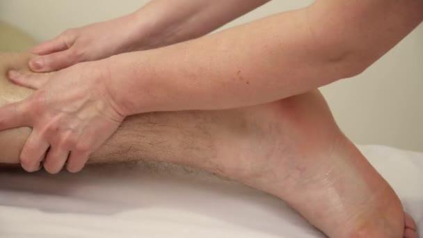 Cokoliv dělá, nožní masáž pro muže