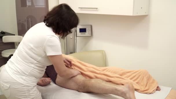 Cokoliv dělá nohy masáž pro muže v salonu