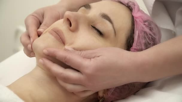 Estetista è rendendo viso massaggio per un primo piano della donna