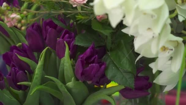 Closeup tulipány a orchideje v květinářství