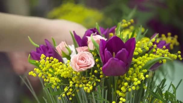 Virágüzlet, hogy mimosa bukéval. Rose és tulipán