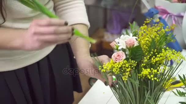 Virágüzlet, hogy mimosa és tulipán csokor