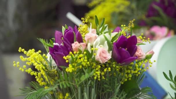 Közelkép a mimosa, rose és tulipán csokor