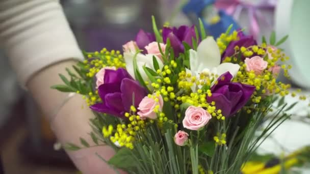 Virágüzlet díszíti a mimóza, Rózsa csokor és tulipán