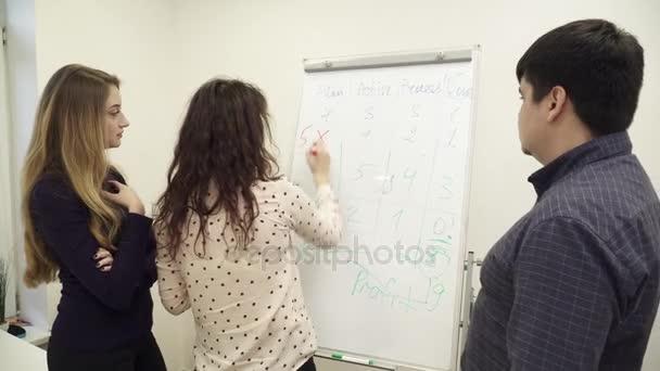 Team von Büroangestellten versammelten sich um das Whiteboard im Büro