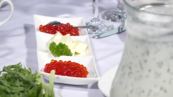 Leckerer roter Kaviar auf dem Restauranttisch