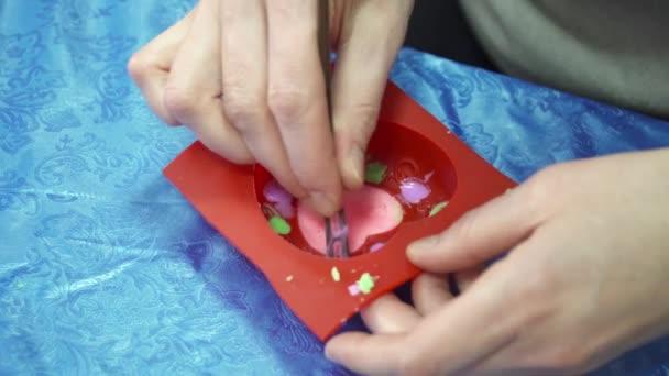 Zenske ruce detailní handmade mýdlo