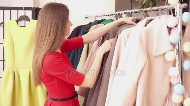 Bruneta žena výběr oblečení