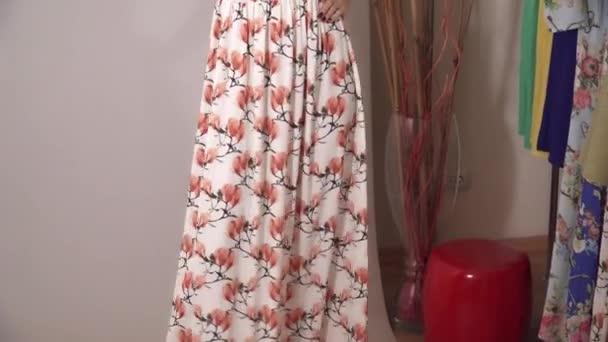 Krásný odel pod kamerou bliká prezentaci květinové bílé šaty