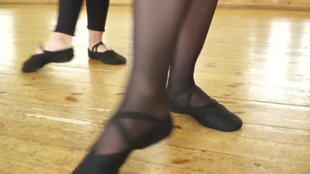 Detailní záběr na nohy dívky dělat battement tendu