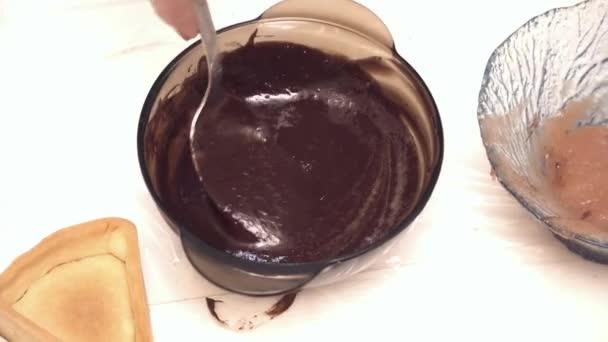 Zenske ruce míchání sirup a horké čokolády ve skleněné míse