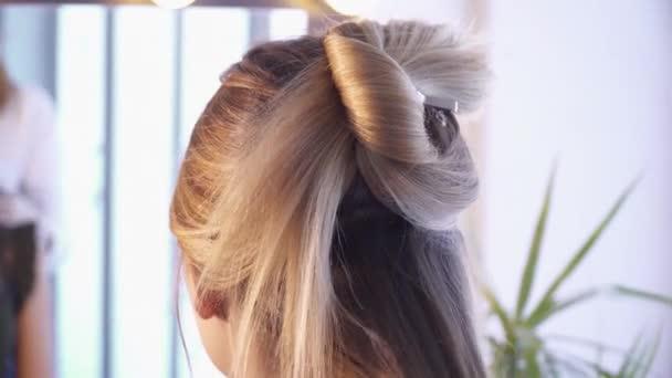 Friseur schafft eine Frisur