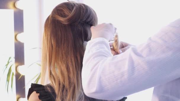 Creazione di un taglio di capelli nel salone dello stilista di capelli