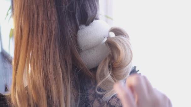 Creazione di un taglio di capelli nel salone di capelli dello stilista di capelli