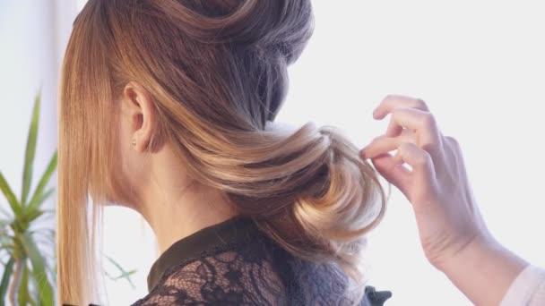 Creazione di un taglio di capelli per una donna nel salone di capelli dello stilista di capelli
