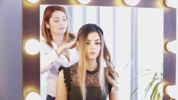 Kadeřnice, vytváření účes pro mladou ženu v kadeřnictví