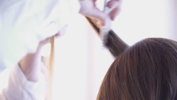 Kadeřnice, vytváření účes pro closeup bruneta žena