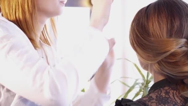 Kadeřnice, vytváření účes pro bruneta žena
