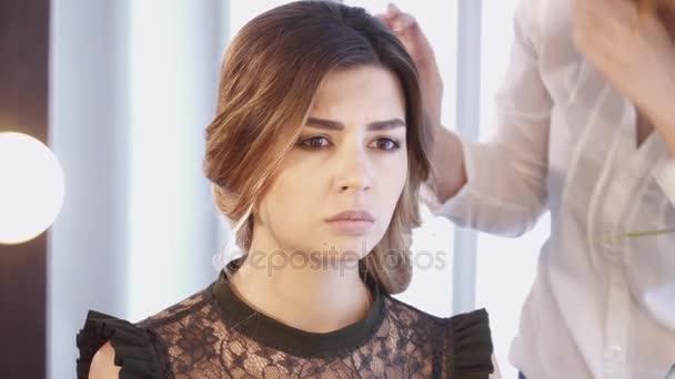 Kadeřnice, vytváření účes pro brunetka žena v detailním salon vlasy