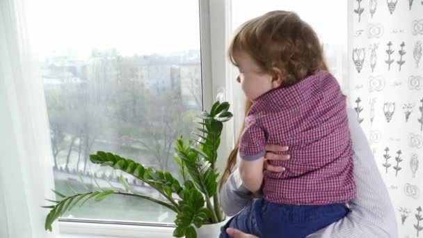 Matka s její malé dítě syn Zpomalený pohyb při pohledu do okna