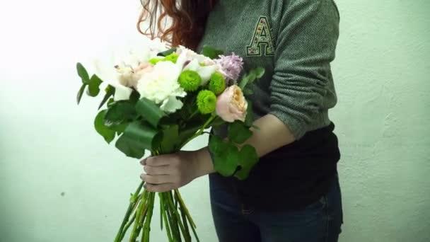 Květinářství žena dělat krásné kytice s orchidejí