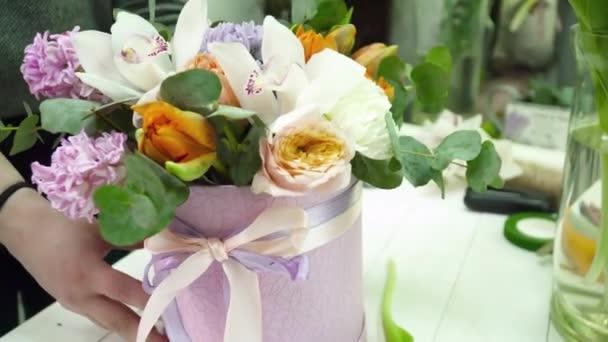 Vytvoření kytice v poli v prodejně květinářství květinářství