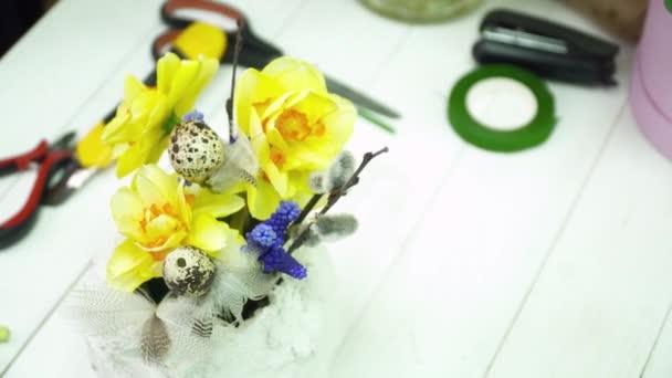 Květinářství, aby kytice se žlutými květy v hrnci gesso v obchodě