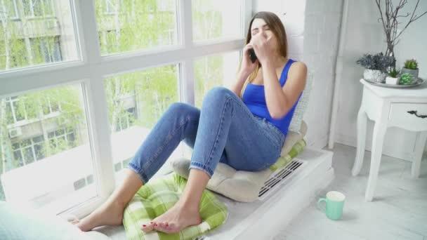 Junge Frau Auf Der Fensterbank Sitzen Und Reden Auf Dem Handy