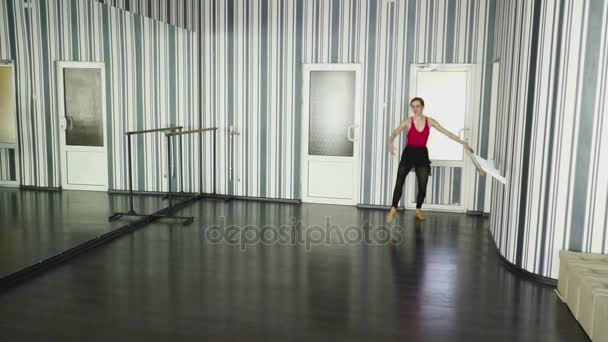 Mladý tanečník žena dělat rozdělí zpomaleně taneční studio