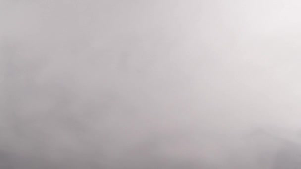 Silný bílý kouř v černém pozadí