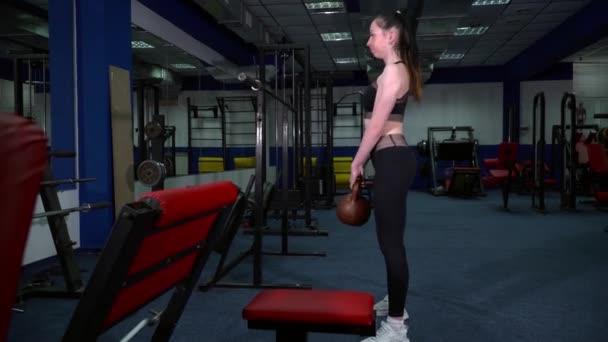 Junge Frau, training mit der Kettlebell in der Turnhalle
