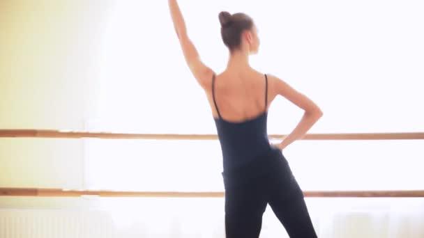 Mladá žena provádějící lidového tance v taneční studio