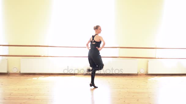 Krásná žena provádějící lidový tanec