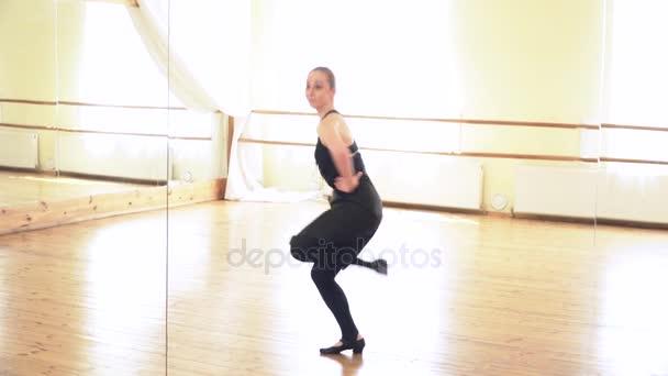 Krásná žena provádějící lidového tance v černé boty