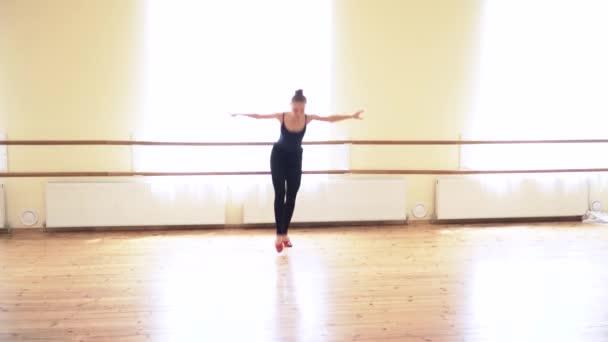 Krásná žena provádějící lidového tance v taneční studio