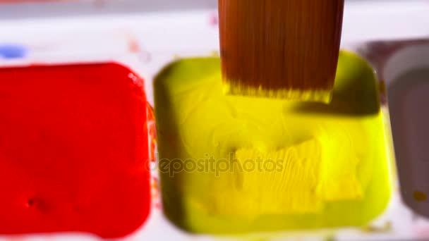 Pinceau Aquarelle Jaune De La Palette Couleur Agrandi Le Mouvement