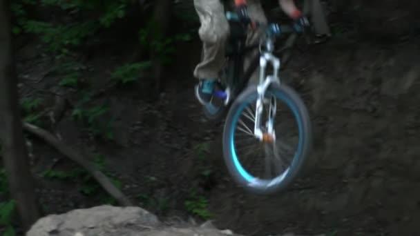 Špína na koni na moderní kolo v lese zpomalené