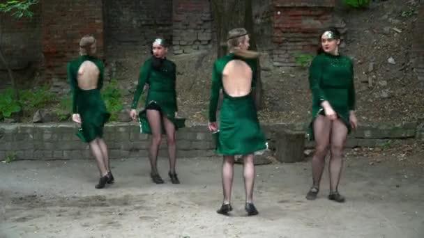 Skupina žen, které tančí poblíž stromu