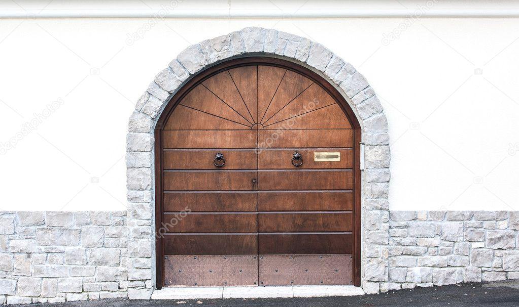 puertas de madera, marco de piedra de arco — Foto de stock ...