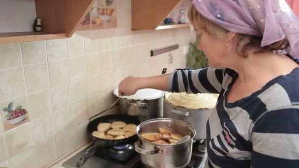 Femme Cuisine Fait Maison Dans La Cuisine Video Mainmail8 Gmail
