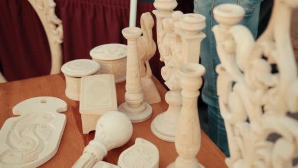 Dřevěné zdobené předměty jsou na stole.