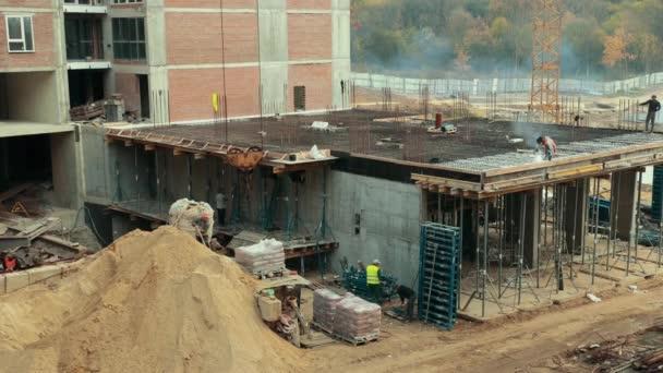 die Arbeiter haben die andere Basis des Projekts begonnen.