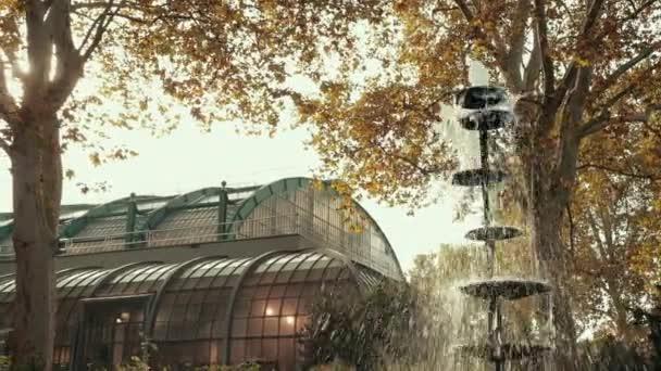 Brunnen, aus dem Wassertröpfchen in schönen Botanischen Garten in Europa fließen.
