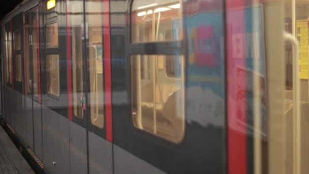 Zugwagen in der U-Bahn steht an einer Haltestelle. Türen öffnen sich automatisch. Kein Volk.