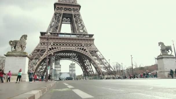 Slavná francouzská Eiffelova věž v Paříži. Evropský romantický symbol lásky