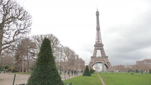 Slavná francouzská Eiffelova věž v Paříži. Evropský romantický symbol lásky.