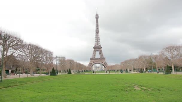 A híres francia fém Eiffel-torony Párizsban. A szerelem európai romantikus szimbóluma.